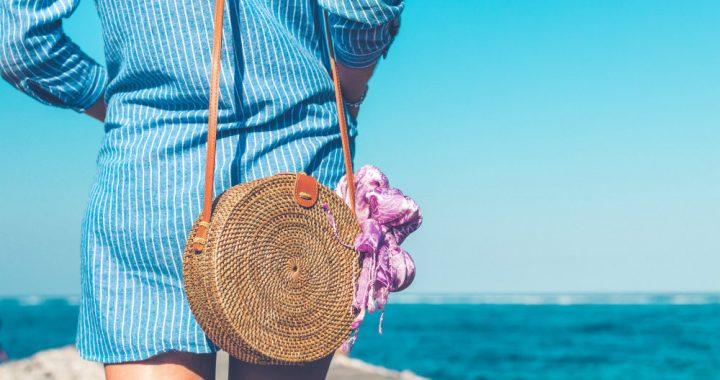 382bbb53b06ec A bolsa de palha é, mais uma vez, uma potencial tendência para o verão. Com  um toque boho chic e descontraído, o acessório se tornou, rapidamente, ...