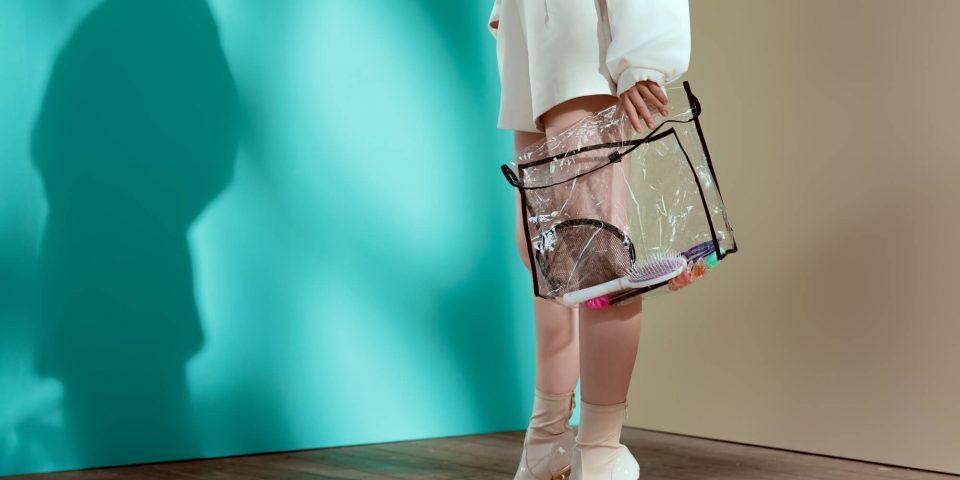 Saiba como combinar bolsas e calçados com transparência